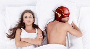 Pareja en la cama después de una eyaculación precoz
